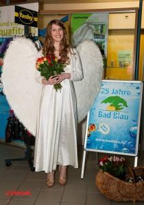 Unsere Promoterin verschenkt Rosen zum Valentinstag