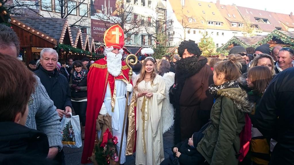 Nikolaus, Weihnachtsengel und Knecht Ruprecht auf dem Ulmer Weihnachtsmarkt 2015