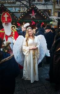 Nikolaus und Weihnachtsengel auf dem Ulmer Weihnachtsmarkt 2015