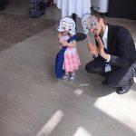 Unser Host bespaßt eine kleine Besucherin beim neunten Deutschen Orchesterwettbewerb in Ulm