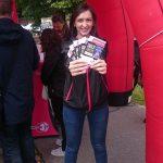 Unsere Promoterin Jasmina wirbt für das Revolverheld-Gewinnspiel von Donau3FM