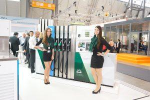 Messehostessen am Stand der Petrotec Group während der UNITI expo 2016 in Stuttgart