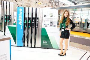 Messehostess am Stand der Petrotec Group während der UNITI expo 2016 in Stuttgart