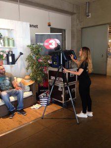 Unsere Promoterin an der Donau3FM-Fotobox