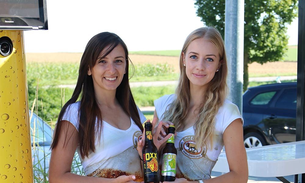Wild Emotion Events Promoterinnen präsentieren für die Brauerei Gold-Ochsen an der neuen WILDEN Fotobox