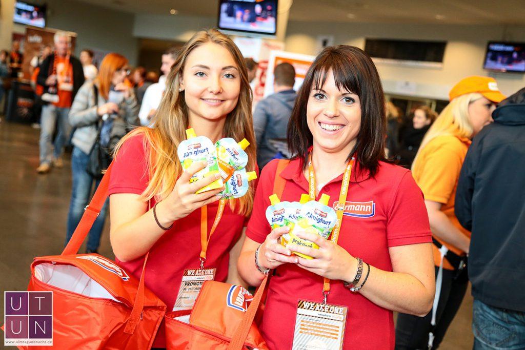 Wild Emotion Events Promoterinnen verteilen Fruchtjoghurts von Ehrmann in der Ratiopharm Arena