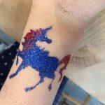 Glitzer-Tattoo beim Kinderschminken in der Glacis Galerie